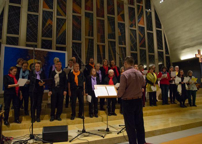 Die Gospelsingers St. Gallus unter der Leitung von Tarzisius Pfiffner am Weltgebetstag 2020.